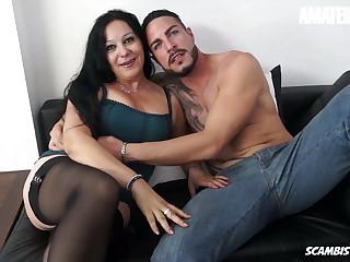 SCAMBISTI MATURI - Mature Italian Slut Drilled Beside Her Pussy